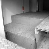 Beispiel eines abgestuften Stahlplateaus (Überladebrücke mit Vorschub)