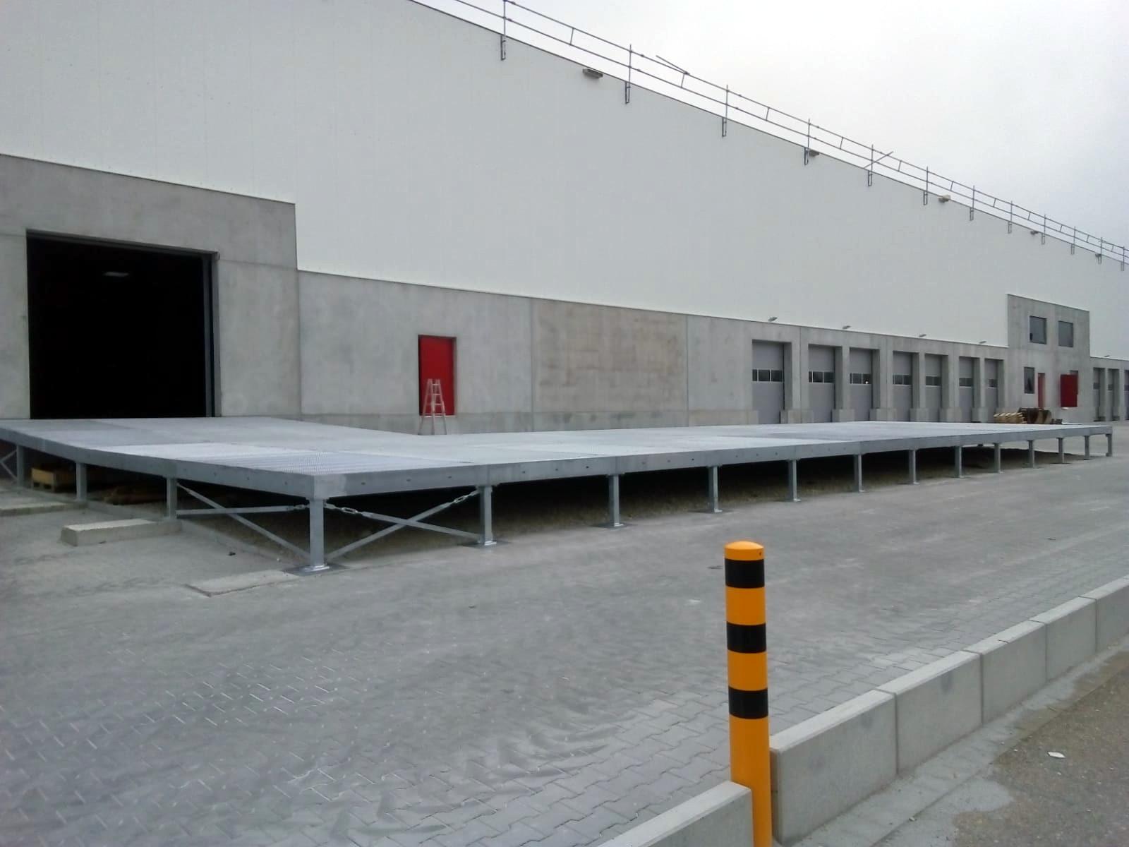 Platform made of composite plateaus
