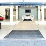 Araba Galerisi Çözümleri - Ferrari şirketinde yükleme rampası