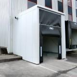 Planenschürzen-Torabdichtung – heruntergelassene Oberplane an Verladeschleuse für Container