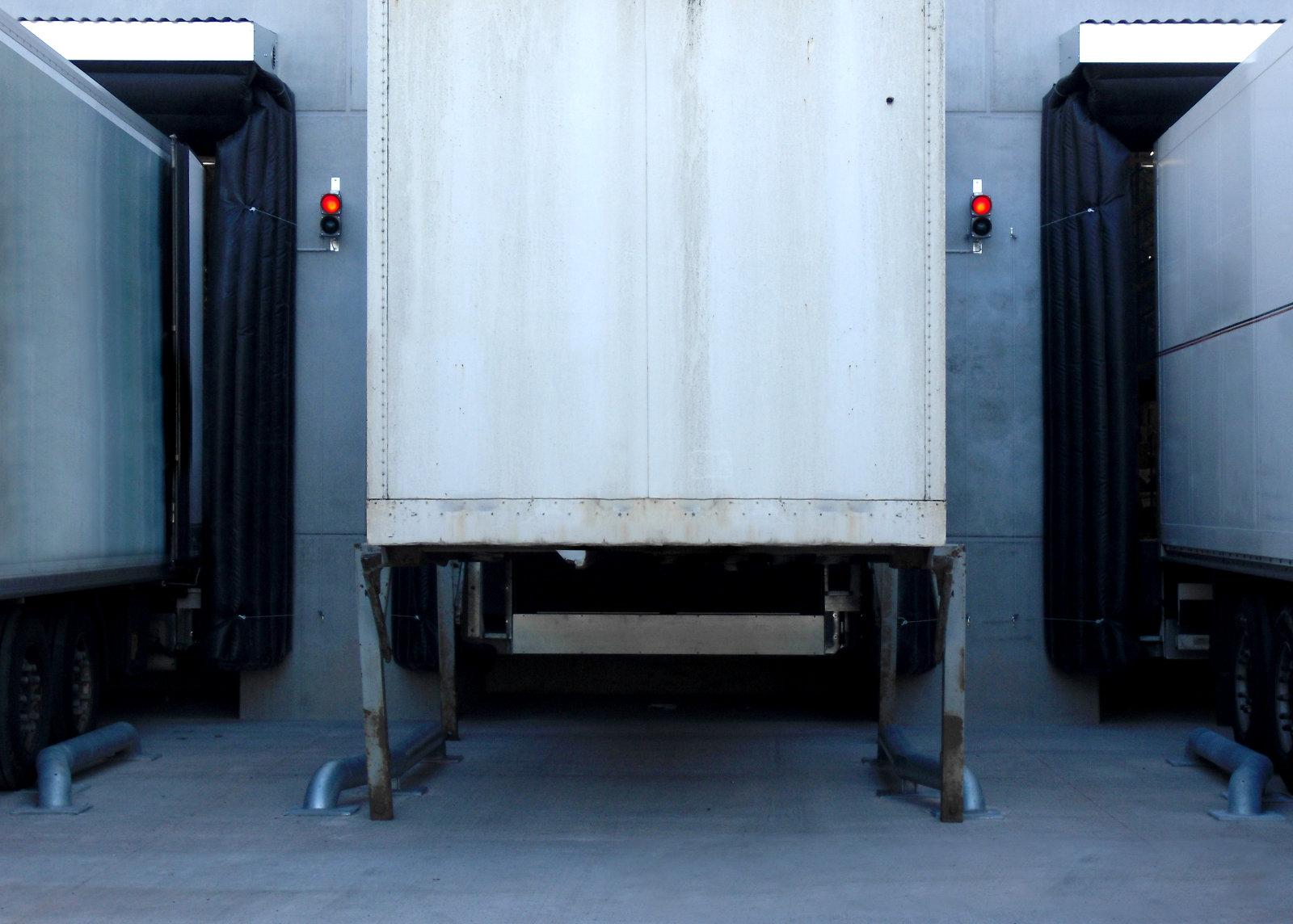 Lkw und Container über Einfahrhilfen rangiert