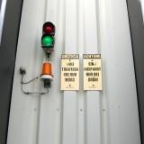 Ampeln – Außenampel mit Hinweisschildern und Warnleuchte