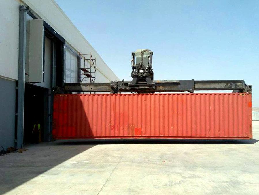 angedockter Container an vertikal aufblasbarer Torabdichtung